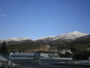 雪の五頭山と月